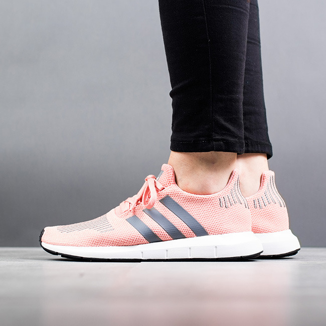 https://sneakerstudio.fr/fre_pl_Femme-chaussures-sneakers-adidas-Originals-Swift-Run-W-CG4139-13566_1.jpg